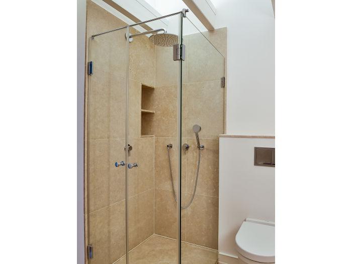 Ebenerdige Dusche Dachgeschoss : Ebenerdige Natursteindusche mit Regenbrause Wannenbad im Dachgeschoss