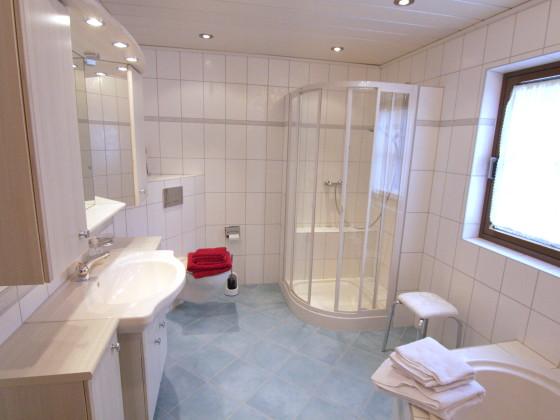 Dusche Direkt Neben Badewanne : Ferienhaus Schellenberg , Bayerischer Wald – Deggendorf – Familie Inge