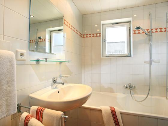 Kleine B?der Mit Dusche Und Badewanne : Kleines Bad Mit Badewanne Ausgestattet Pictures to pin on Pinterest