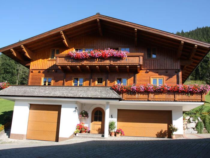 Unser Holzblockhaus im Sommer