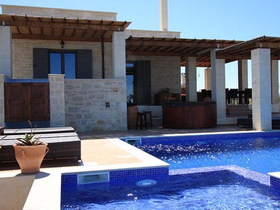 ferienhaus villa pegasus pool u beheizter aussenwhirlpool. Black Bedroom Furniture Sets. Home Design Ideas