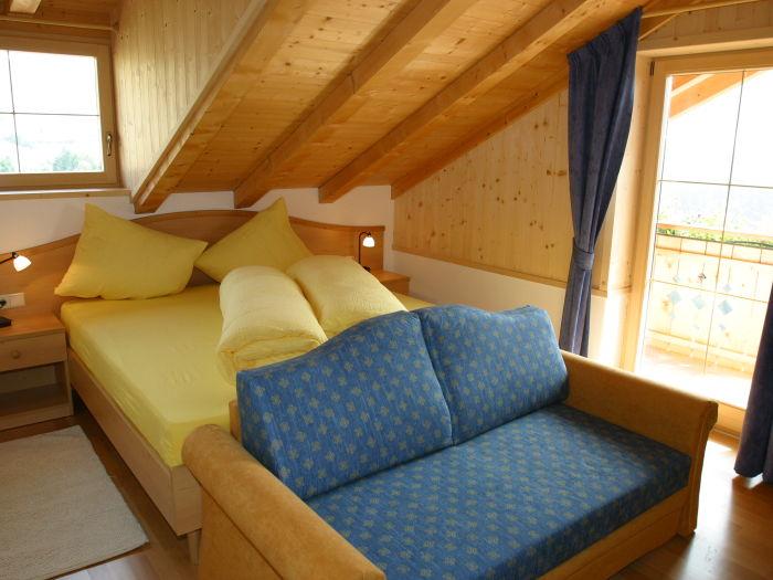 schlafzimmer mit doppelbett und couch zum ausziehen. Black Bedroom Furniture Sets. Home Design Ideas