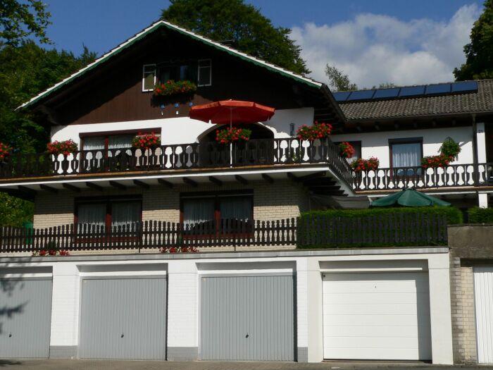 Sommeransicht mit Garagen (grau)