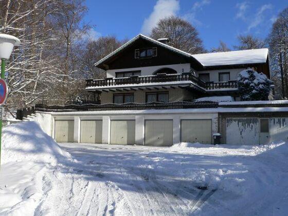 Winterbild (geräumte PKW-Garagen)