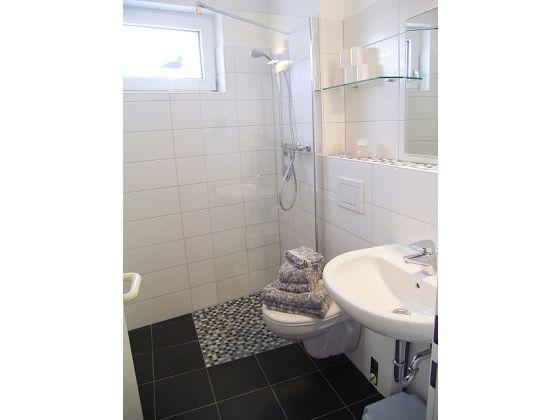Badezimmer Mit Barrierefreie Dusche Badewanne Schwebend Fliesen In ...