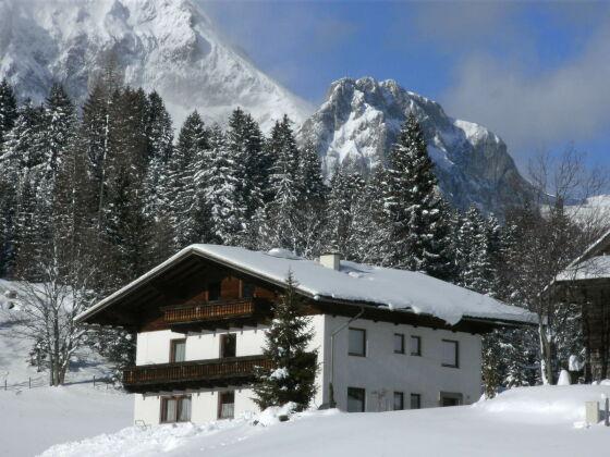 Haus in verschneiter Winterlandschaft