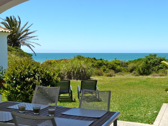 Terrasse und Garten mit traumhaftem Meerblick