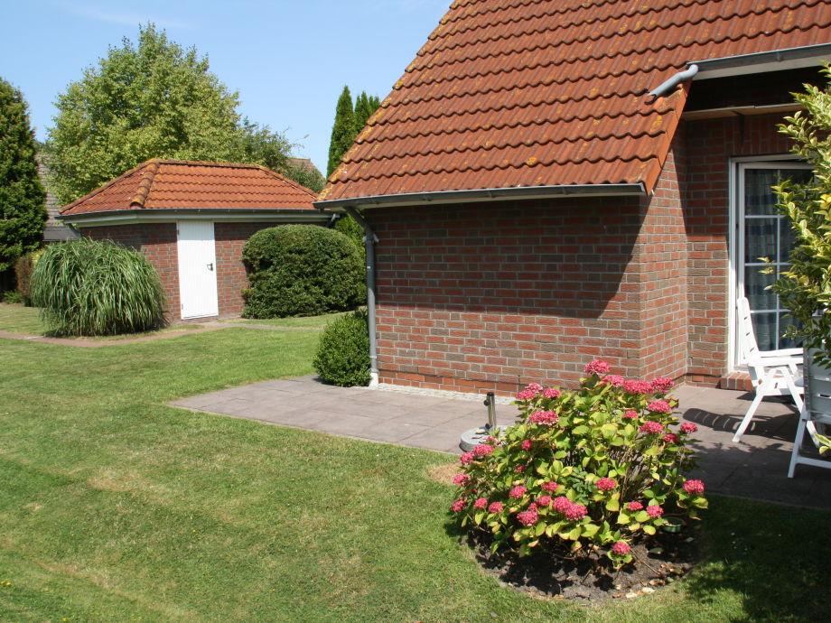 Terasse mit Blick auf Gartenhaus