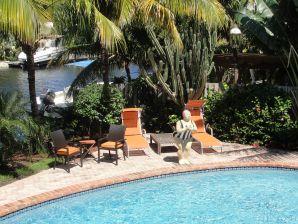 Designer Traumvilla mit Pool am Wasser