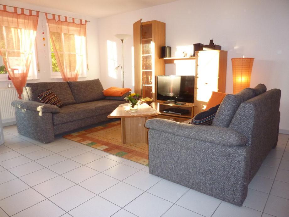 Sonniger Wohnungbereich mit 2 neuen Sofas