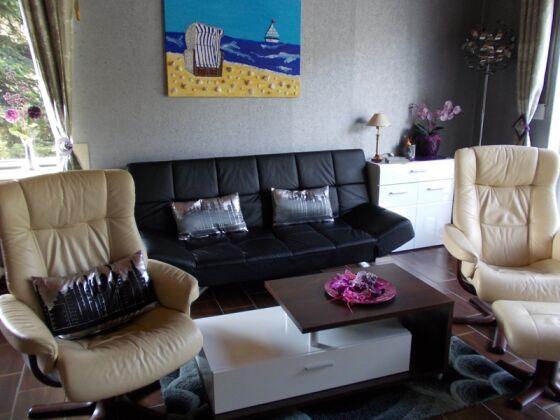 komfortables Wohnzimmer mit verstellbaren Ledersesseln