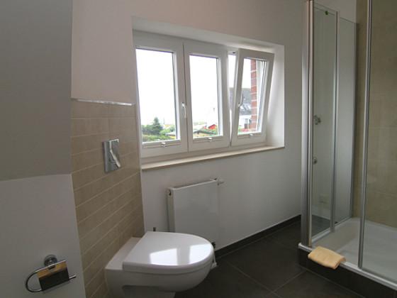 Moderne Badezimmer Mit Wellness Atmosphäre Holzverkleidung ...