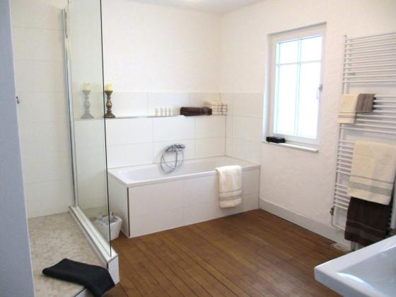 Dusche Und Badewanne Mit Blick Ins Zimmer Hotel Fliana Pictures to pin ...