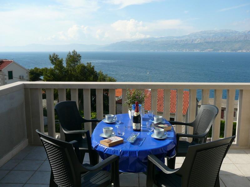 suchen zimmer balkon mit fr hst ck am meer herausforderung. Black Bedroom Furniture Sets. Home Design Ideas