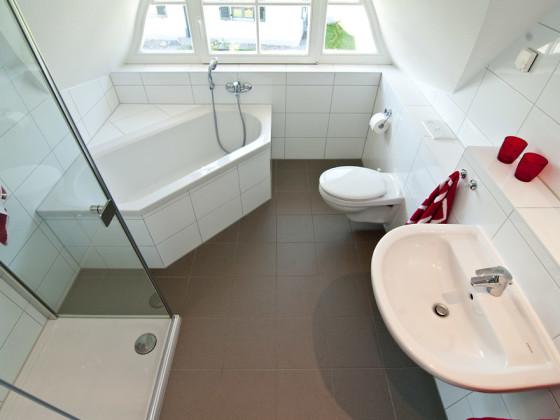 kleine badewanne mit dusche. Black Bedroom Furniture Sets. Home Design Ideas