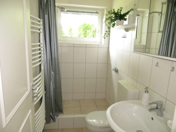 dusche direkt vor dem fenster ihr ideales zuhause stil. Black Bedroom Furniture Sets. Home Design Ideas