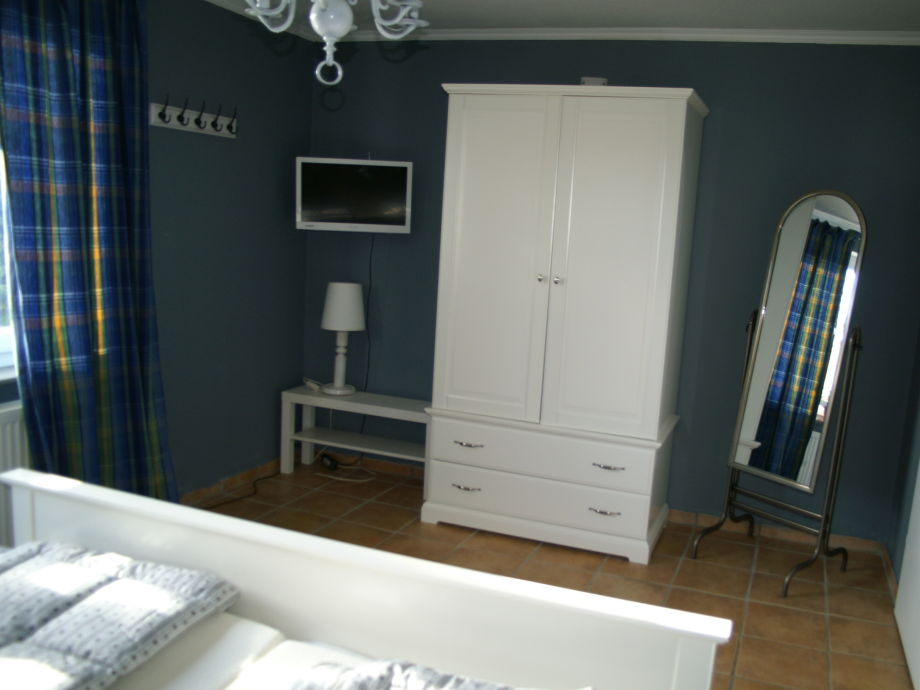 tv im schlafzimmer inspiration ber haus design. Black Bedroom Furniture Sets. Home Design Ideas
