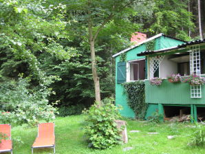 Einsame Berghütte am Bach Waldrand