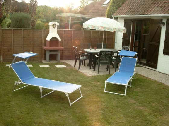 Garten mit Möbeln und Grill
