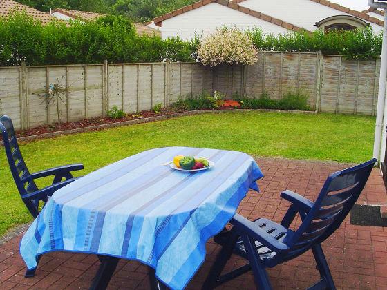 Gartenmöbel und Sonnenschirm