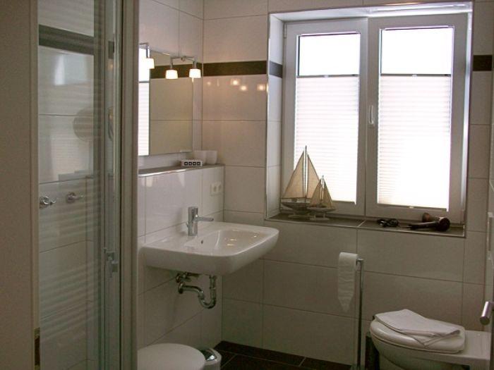 Dusche Mit Fenster : Dusche und WC mit Fenster