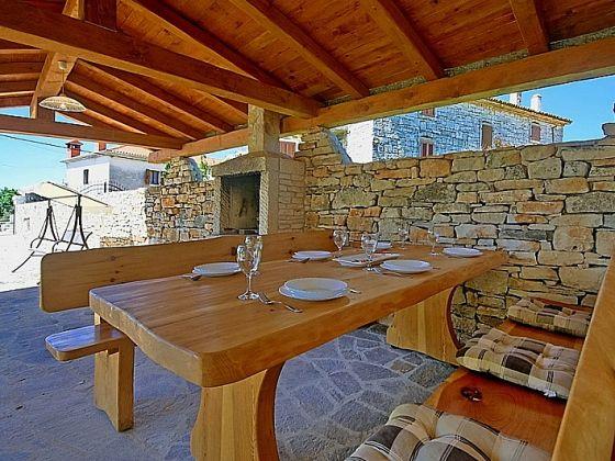 Villa david kroatien istrien pazin umgebung firma istria home herr jasmin sabic - Holztisch terrasse ...