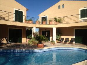 Ferienhaus Neubau-Chalet, gr. Pool & nur 300m zum Strand, bis 14 Pers.