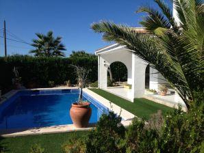 Prächtige Villa, 90m zum Meer, 10x4m Pool, bis 10 Pers.