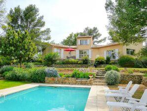 mit Pool und weitem Blick im Hinterland der Côte d'Azur