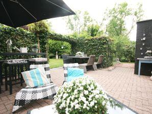 Ferienhaus mit Garten rundum