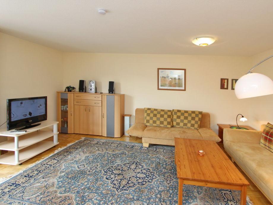 Couchgarnitur im Wohnzimmer mit Flatscreen- TV