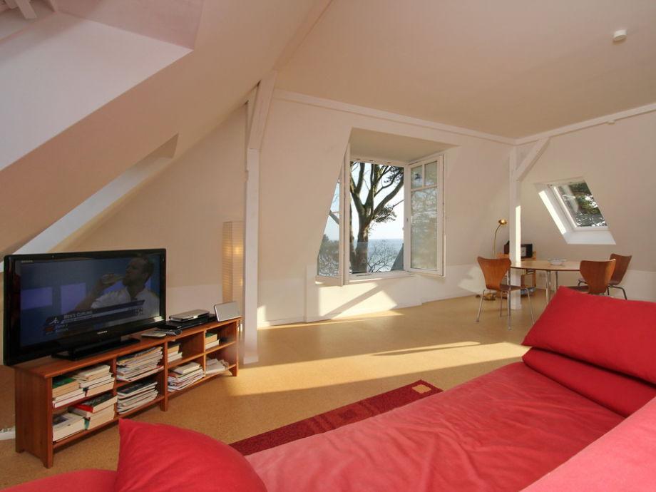 Wohnzimmer mit Couchbereich und Flatscreen- TV