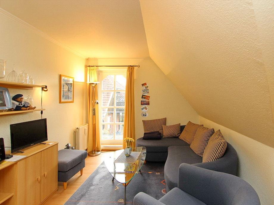 Couchbereich und Flatscreen- TV im Wohnzimmer