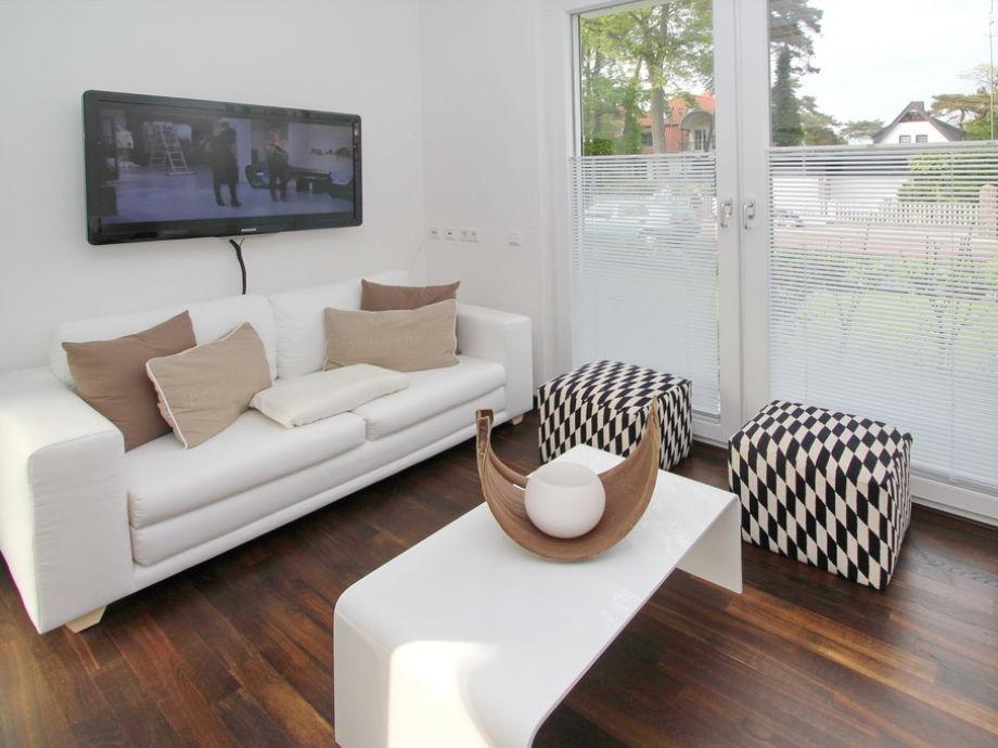 Couchbereich im Wohnzimmer mit Flatscreen-TV