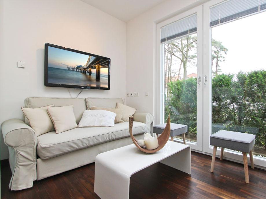 Couch-Ecke im Wohnzimmer mit Flatscreen-TV