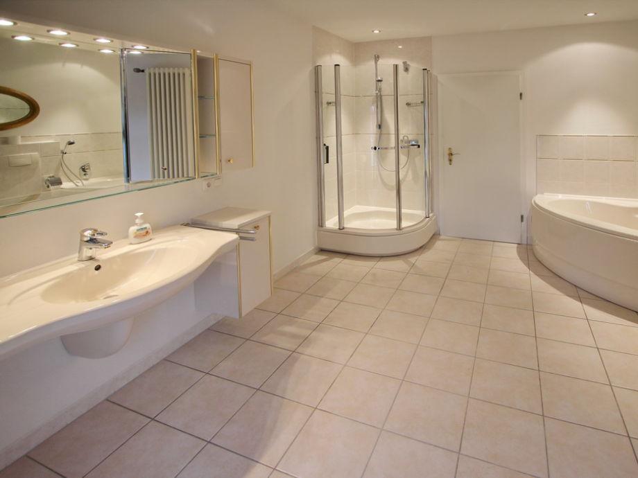 badezimmer mit dusche und badewanne modern raum und m beldesign inspiration. Black Bedroom Furniture Sets. Home Design Ideas