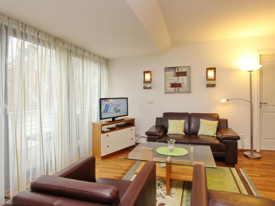 Wohnzimmer mit Couchgarnitur und Flatscreen- TV
