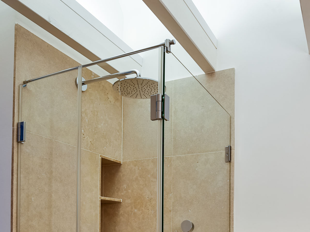 gro e dusche raum und m beldesign inspiration. Black Bedroom Furniture Sets. Home Design Ideas