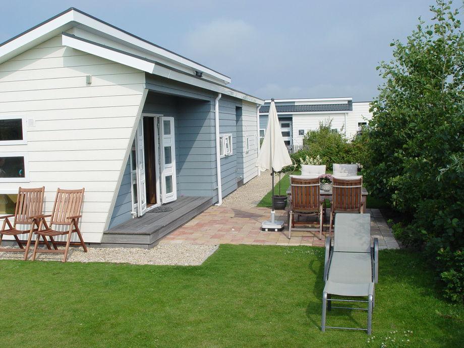 Blick auf das Ferienhaus mit Terrasse und Garten