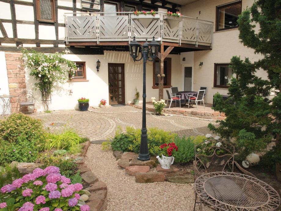 Gästehaus SOLANA im Hintergrund Terrasse FW Hofgarten