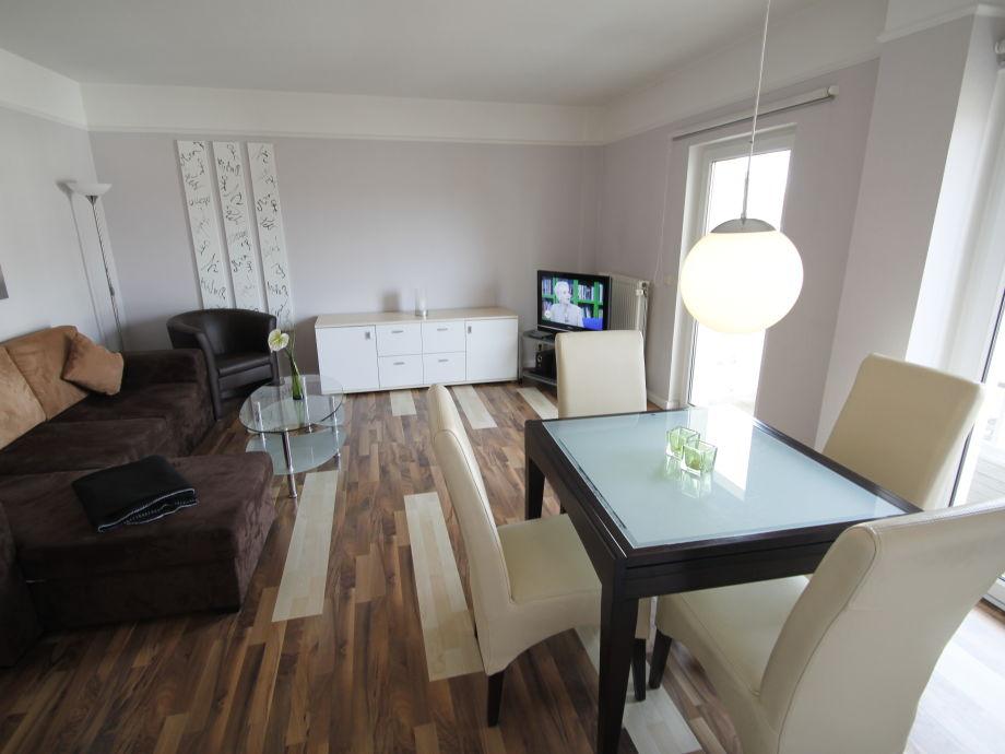 Wohnzimmer mit ausziehbarem Esstisch
