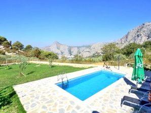 Typisches dalmatinisches Steinferienhaus mit Pool