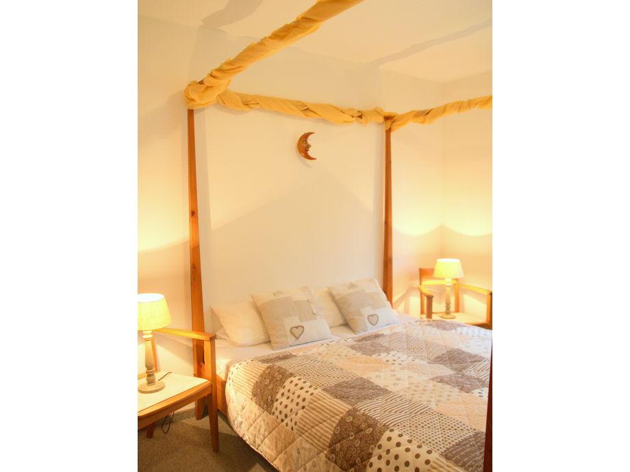ferienwohnung mit himmelbett und terrasse am schlossblick. Black Bedroom Furniture Sets. Home Design Ideas