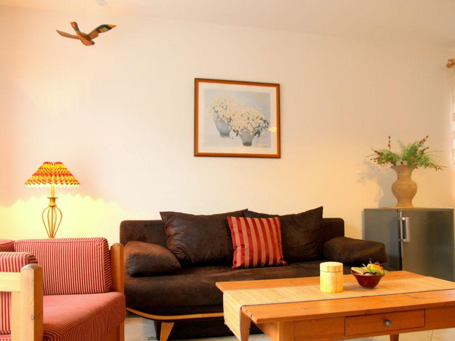 Wohnzimmer mit Esstisch und Sofagruppe