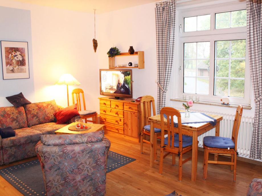 Wohnküche mit Schlafsofa und Esstisch