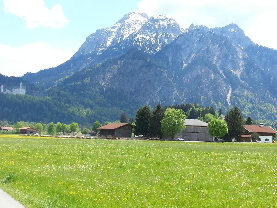 Der Augustinerhof umgeben von Wiesen und Bergen