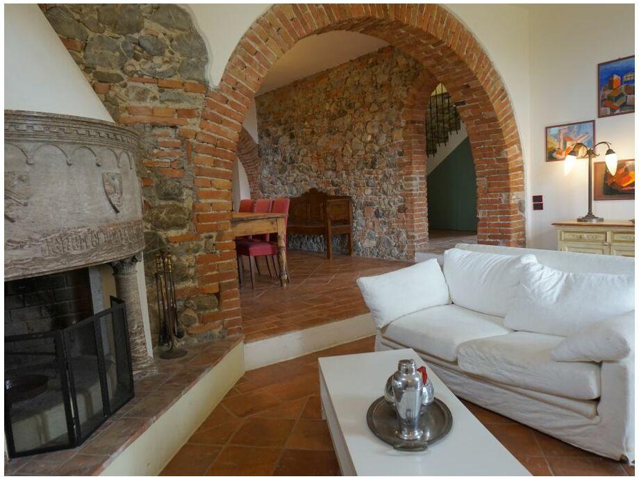 Wohnzimmer mit Kamin und Sofaecke