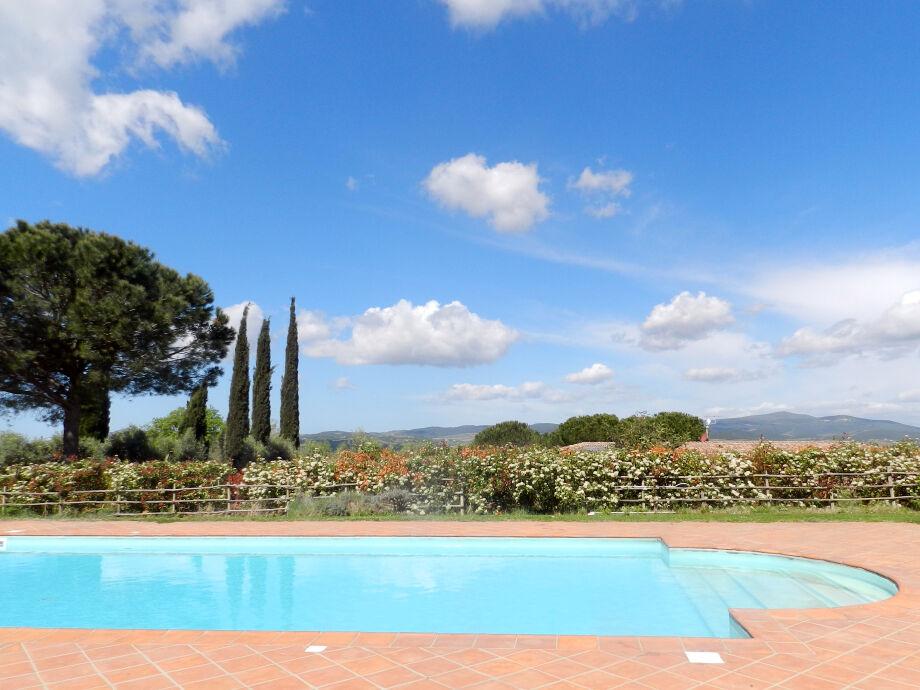 Pool in einer atemberaubenden Landschaft
