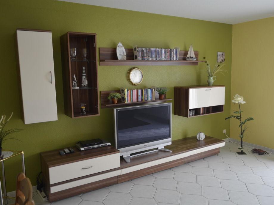 Wohnzimmer mit Sat-TV und Heimkino-Anlage