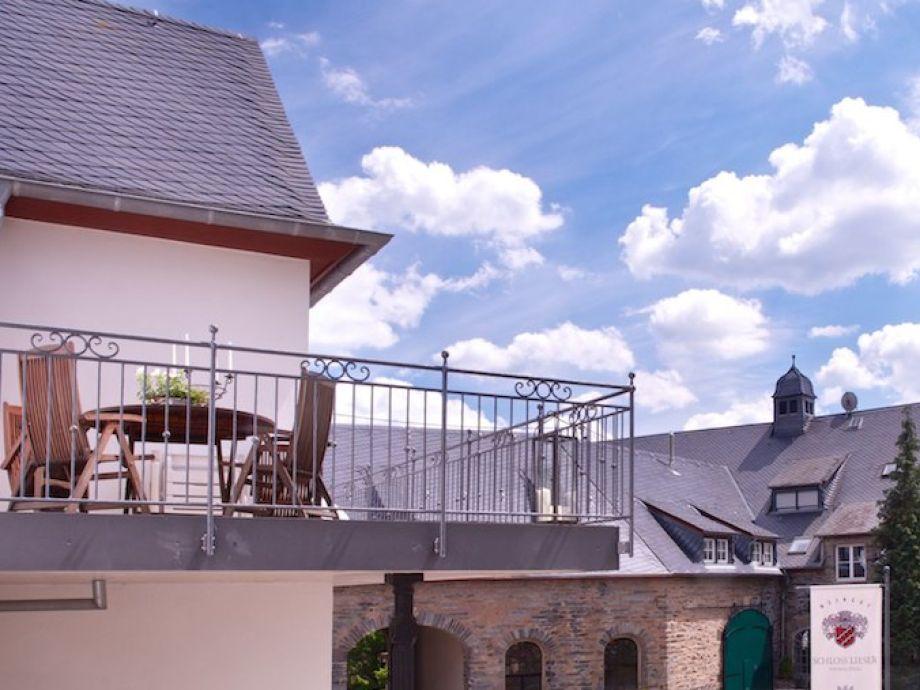Schöner Balkon mit Blick auf das Schloss und die Mosel